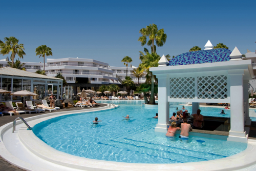 Swim-up bar and swimming pool